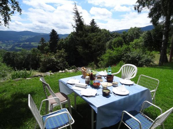 Table et assiettes extérieur avec vue